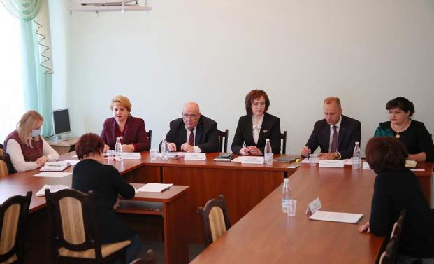По инициативе депутата Елены Потаповой в редакции «Гродзенскай праўды» прошел круглый стол, во время которого обсудили, как не допустить необоснованного роста цен на лекарственные средства и медуслуги