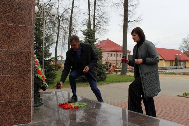 В канун Дня Победы депутат Елена Потапова почтила память погибших в годы войны комсомольцев-подпольщиков в Скиделе
